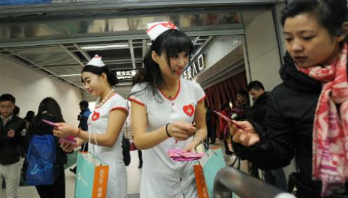 Các tình nguyện viên phát bao cao su miễn phí nhân ngày thế giới phòng chống AIDS. Ảnh: CNN