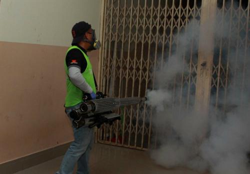 Nhân viên y tế sử dụng kỹ thuật phun hơi nóng diệt muỗi tại ký túc xá Đại học Khoa học Xã hội và Nhân văn TP HCM. Ảnh: Phương Vy.