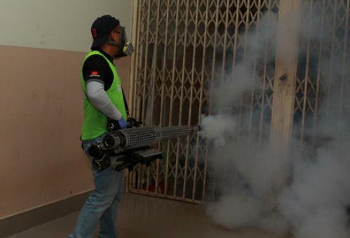 Nhân viên y tế sử dụng kỹ thuật mới phun hơi nóng diệt muỗi phòng chống bệnh do virus Zika tại ký túc xá đại học ở TP HCM. Ảnh: Phương Vy.
