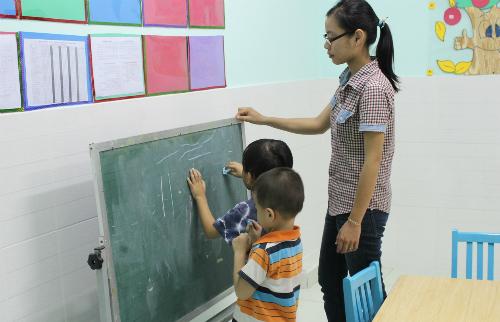 Trẻ tự kỷ gặp nhiều khó khăn ở lớp học do rối loạn điều hòa cảm giác. Ảnh: Lê Phương.