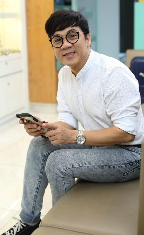 Cặp kính thuốcgây nhiều phiền toái choThành Lộc trong công việc cũng nhưcuộc sống 15 năm qua.