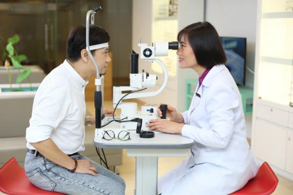 Thành Lộcđược Phó giáo sưTrần Hải Yến tưvấn điều trị lão, viễnvà loạn thị bằngphương pháp Presbyond.
