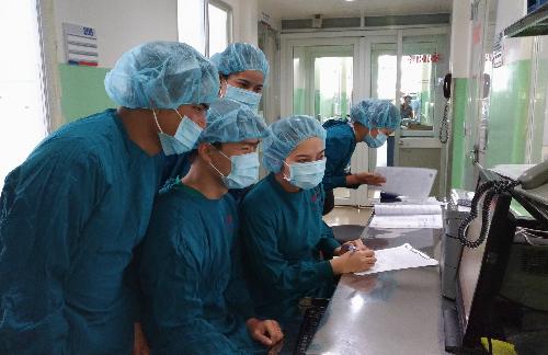 Các y bác sĩ trong quá trình học tập. Ảnh: T.T