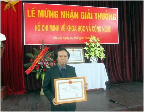 Ds. LêĐình Bích nhận giải thưởng Hồ Chí Minh về khoa học và công nghệ cho nhóm chuyên gia có công phát hiện, nghiên cứu và xác định tên khoa học của Nần nghệ vào năm 2012