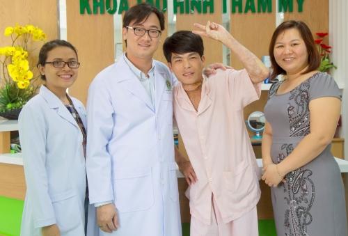 Bệnh nhân hồi phục bên cạnh các bác sĩ điều trị. Ảnh: T.P