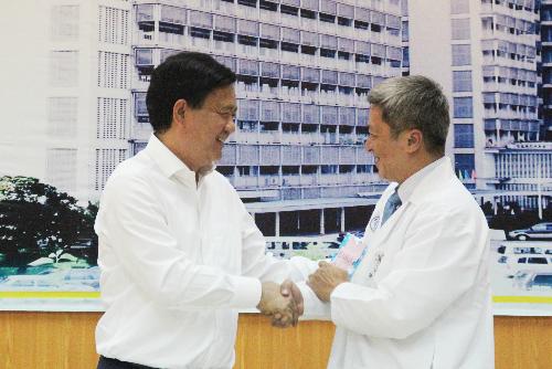Bí thư Đinh La Thăng và PGS Nguyễn Trường Sơn, Giám đốc Bệnh viện Chợ Rẫy. Ảnh: T.P