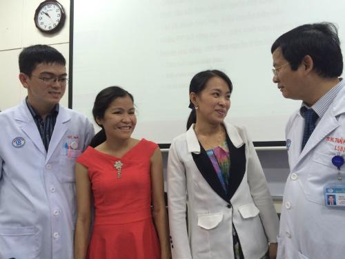 Hai cô gái khỏe mạnh hội ngộ các bác sĩ một tháng sau ghép. Ảnh: Lê Phương.