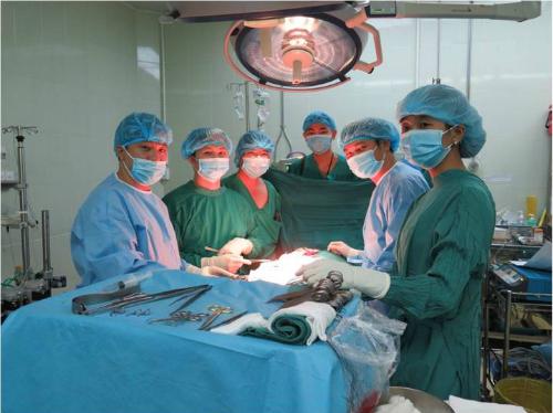 Các bác sĩ thực hiện mổ ghép thận. Ảnh: C.R