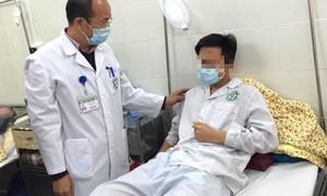 Chàng trai trẻ bị viêm tinh hoàn do mắc quai bị