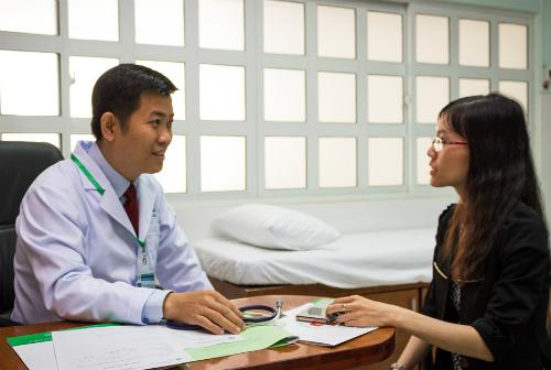 Phó giáo sư Nguyễn Thanh Hiệp tham gia khám bệnh. Ảnh: Q.Đ