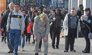 Người hút ma túy tổng hợp đi lại vật vờ trên đường phố Anh