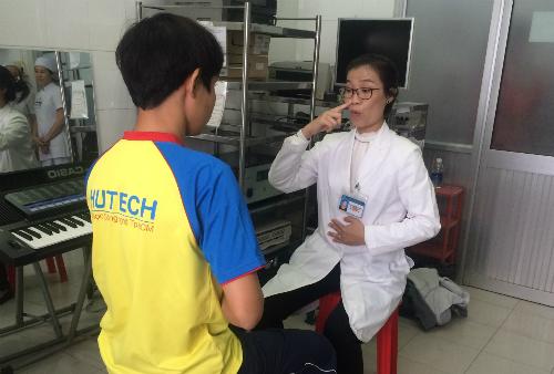 Bác sĩ Trang hướng dẫn tập thở, luyện giọng cho bệnh nhân. Ảnh: Lê Phương.