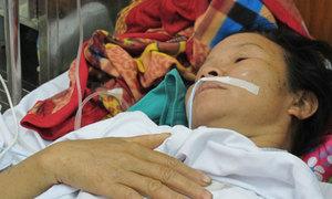 Con gái xin cho mẹ ra viện sớm để dồn tiền điều trị người cha