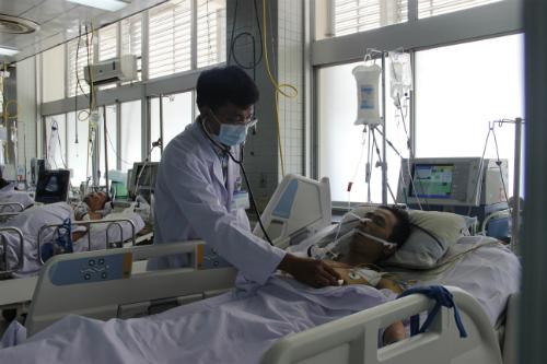 Bác sĩ Thái đang điều trị tại Bệnh viện Chợ Rẫy. Ảnh: T.P