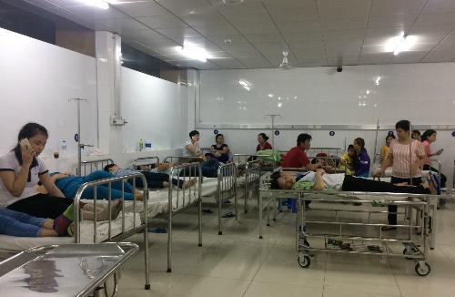 Các công nhân nhập viện vì khó thở, nôn ói sau khi ăn mì gói. Ảnh: Nguyệt Triều.