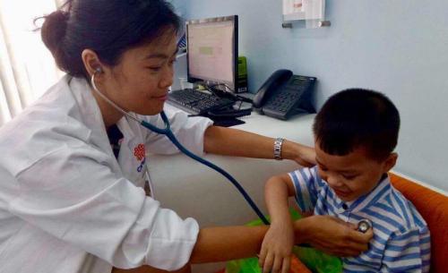 Cần đi khám khi trẻ sốt đơn thuần từ 2-3 ngày trở lên mà không có triệu chứng khác. Ảnh: T.P