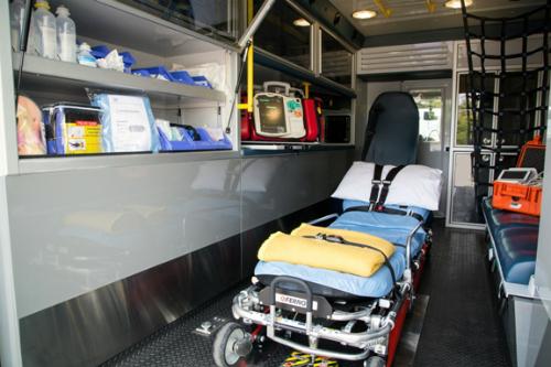 Mỗi xe được trang bị như phòng hồi sức cấp cứu di động. Ảnh: T.P