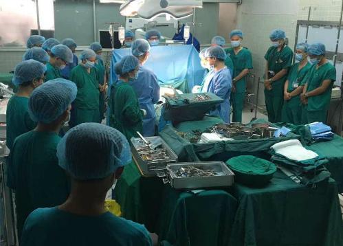 Các bác sĩ dành phút cúi đầu tri ân cô gái hiến tạng. Ảnh: N.H