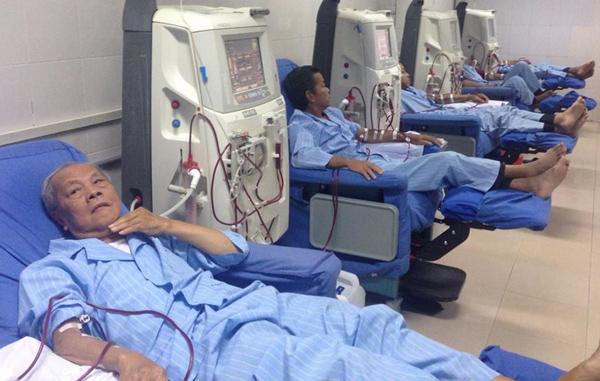 Các bệnh nhân Hòa Bình đang được chạy thận tại Bệnh viện Thận Hà Nội. Ảnh: Lê Nga.