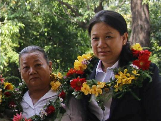 Cô giáo Ngọc Thắm (phải) và bà Võ Kiều Hạnh tại lễ tôn vinh những người hiến máu TP HCM ngày 9/6. Ảnh: T.P