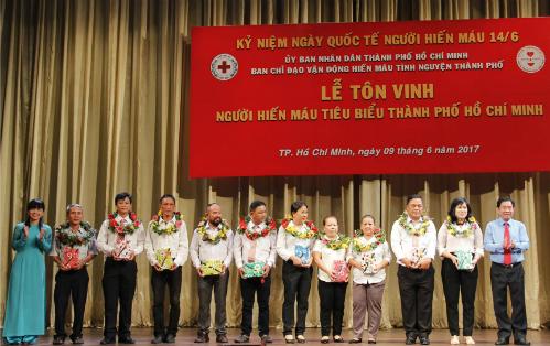 Nhân Ngày thế giới tôn vinh người hiến máu 14/6, TP HCM khen thưởng 752 người đã nhiều lần hiến máu tình nguyện.