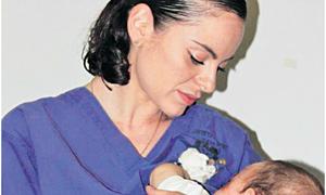 Nữ y tá Do Thái cho em bé Palestine bú nhờ sữa mẹ