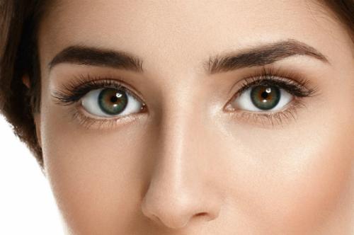 Đôi mắt có hồn với hàng mi dài cong vút là nét đẹp tinh tế, dễ thu hút người đối diện của chị em.