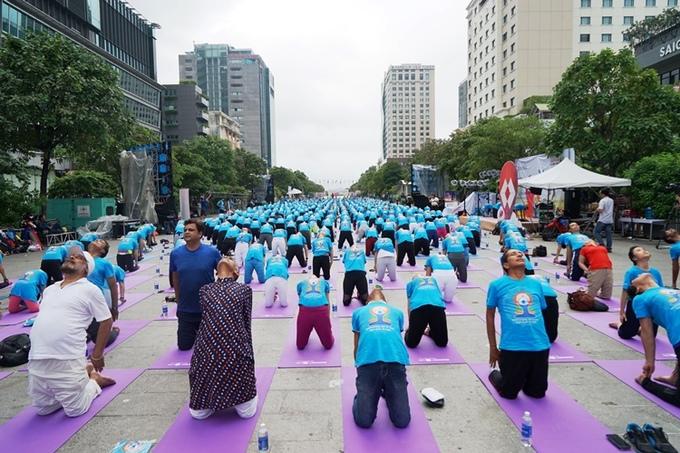 Hàng nghìn người đồng diễn yoga trên phố đi bộ Nguyễn Huệ