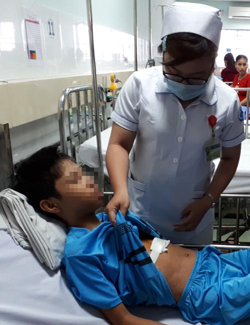 Bé trai hồi phục tốt sau ca mổ lấy dị vật ở tim. Ảnh: T.P