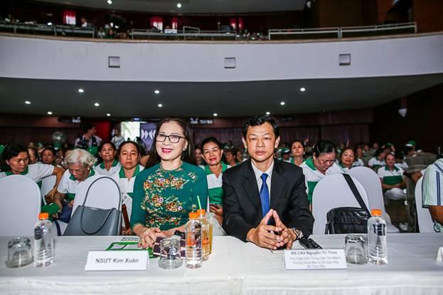 Bác sĩ Nguyễn Tri Thức và nghệ sĩ ưu túKim Xuân tại hội thảo.