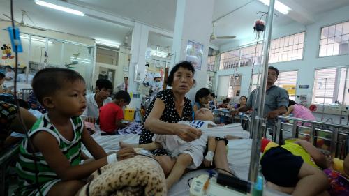 Trẻ điều trị bệnh sốt xuất huyết tại Bệnh viện Nhi đồng 1. Ảnh: T.P