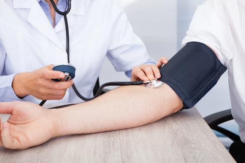 Kiểm tra huyết áp thường xuyên phòng nguy cơ tim mạch.