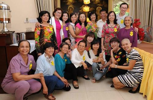 Bà Thảo cùng bác sĩ Hà và những người bạn trong câu lạc bộ ung thư. Ảnh: C.T