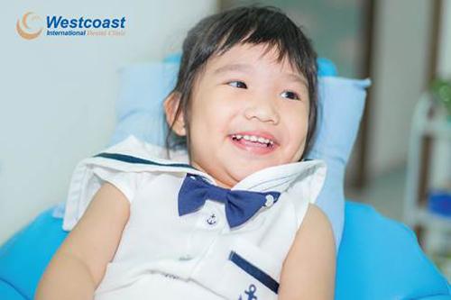 Việc chăm sóc răng miệng ngay từ nhỏ giúp trẻ có một hàm răng đều và nụ cười đẹp sau này.