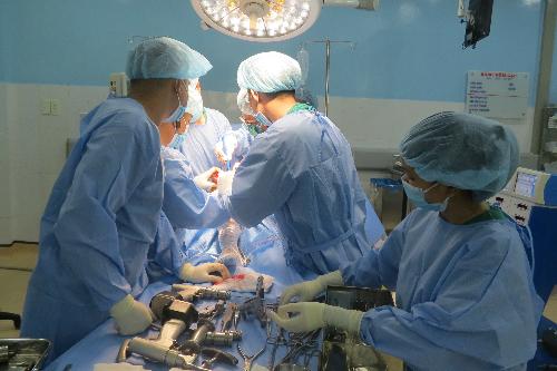 Các bác sĩ thực hiện phẫu thuật. Ảnh: B.N