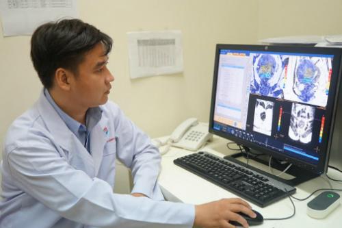 Bác sĩ Nguyễn Minh Đức đang điều khiển phát năng lượng sóng siêu âm điều trị u xơ tử cung. Ảnh: Minh Đức.