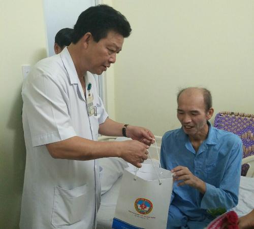 phó giáo sư Nguyễn Hồng Sơn, Giám đốc Bệnh viện Quân y 175 thăm hỏi, chúc mừng bệnh nhân hồi phục sức khỏe. Ảnh: T.P