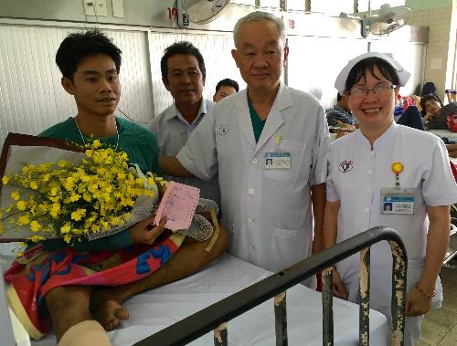 Bệnh viện tặng hoa động viên tinh thần bệnh nhân Nguyễn Văn Dũng vẫn phải tiếp tục điều trị trong viện.
