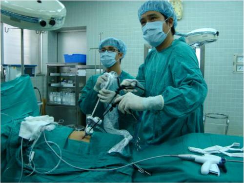 Bác sĩ phẫu thuật nội soi lấy thận ghép. Ảnh: C.R