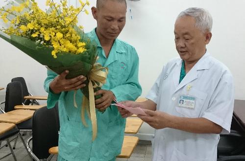 Phó giáo sư Nguyễn Văn Khôi, Phó giám đốc Bệnh viện Chợ Rẫy tặng hoa chúc mừng bệnh nhân được xuất viện.