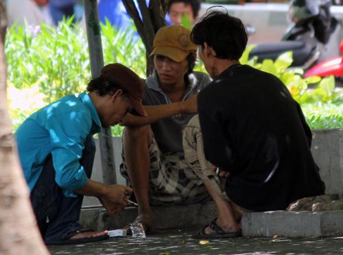 Người nghiện chích ma túy công khai tại công viên 23/9 (quận 1, TP HCM). Ảnh: Duy Trần.