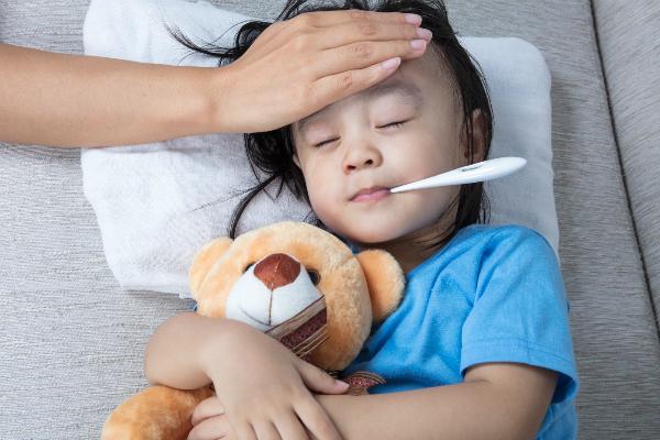 Cúm khiến người bệnhtăng thân nhiệt, đau đầu, đau họng, đau cơ, ho, sổ mũi, mệt mỏi.Ảnh:Istock