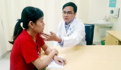 BS Lê Viết Thắng thăm khám cho người bệnh đau nửa mặt kịch phát