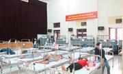 Quá tải người sốt xuất huyết, bệnh viện dùng hội trường làm phòng khám