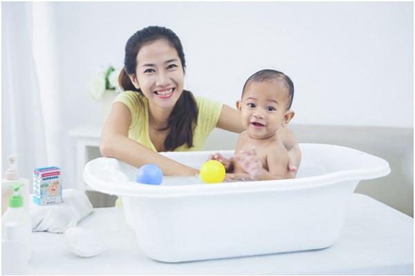 Nhiều mẹ bỉm sữa cho biết bột tắm thảo dược Nhân Hưng có thể loại bỏ các bệnh về da ở trẻ.