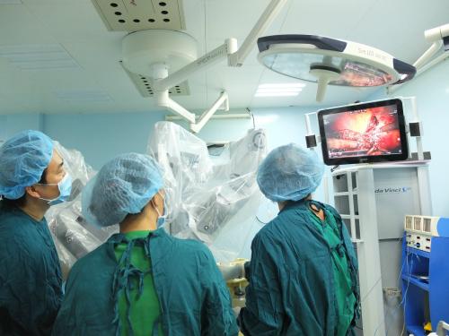 Các bác sĩ thực hiện phẫu thuật. Ảnh: T.N