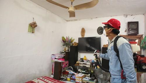 Phun thuốc diệt muỗi trong các gia đình. Ảnh: Ngọc Thành.