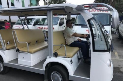 Xe điện vận chuyển người bệnh vào khu điều trị nội trú khi có chỉ định nhập viện. Ảnh: B.V