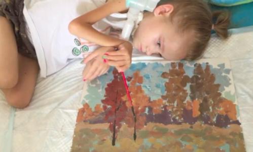 Bức tranh mùa thu vàng của cô bé bại liệt khiến người xem rơi nước mắt