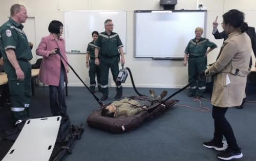 Dụng cụ chuyên dùng giúp nhân viên Paramedic kéo bệnh nhân trên băng-ca nhẹ nhàng hơn. Ảnh: SYT.